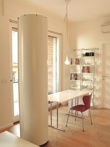 Tavolo Classicon, sedia Fritz Hansen, libreria MOX, contenitore Wogg